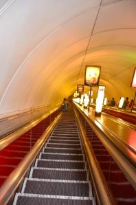 Rolltreppe zu einer Metro Station Moskau