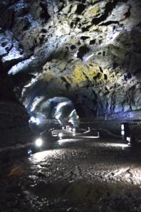 Lava-Tunnel auf der Vulkaninsel Jesu (der längste Lavatunnel der Welt)