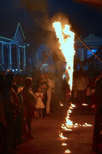Religiöse Zeremonie vor dem Tempel